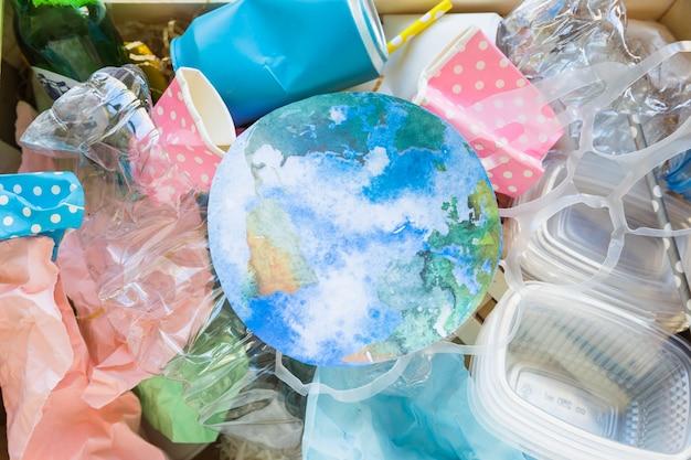 Papier ziemia w stosie śmieci