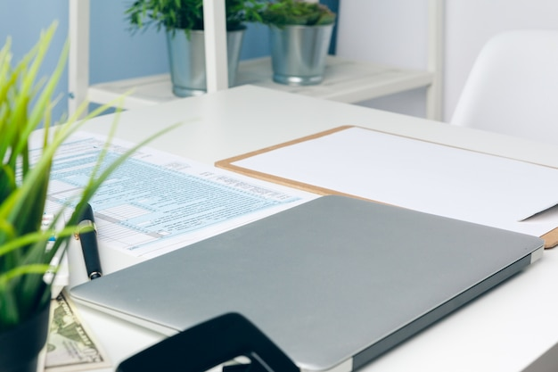 Papierkowa robota w biurze i laptop na pulpicie