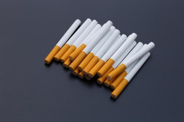 Papieros na białym tle zakaz palenia dla koncepcji zdrowia