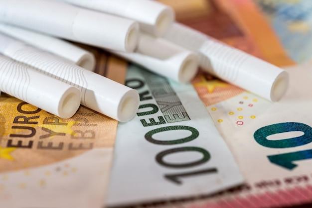 Papierosy na banknotach euro z bliska