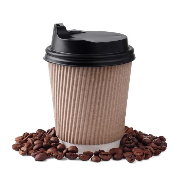Papierowa filiżanka kawy na wynos z czarnymi czapkami i ziarnami kawy na białym tle.