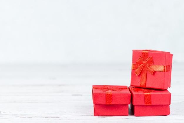 Papierowa grafika koncepcyjna na walentynki z ręcznie robionym pudełkiem prezentowym,
