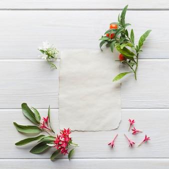 Papierowa karta ułożona z delikatnymi kwiatami