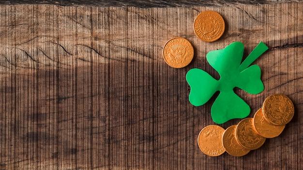 Papierowa koniczyna i złote monety na pokładzie