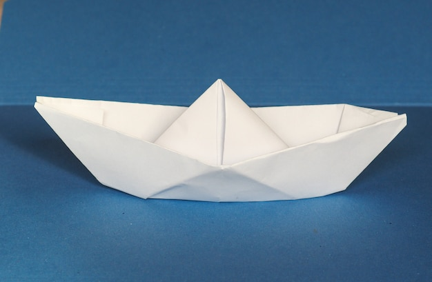 Papierowa łódź na niebiesko