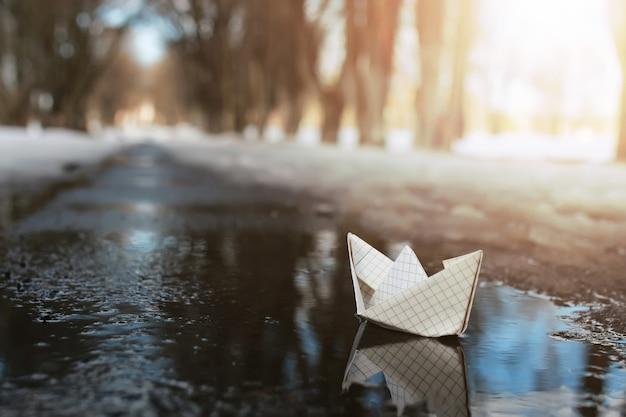 Papierowa łódź w basenie zimą