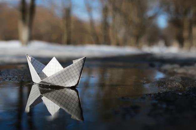 Papierowa łódź w basenie