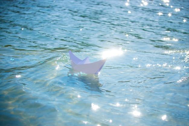 Papierowa łódź w wodzie