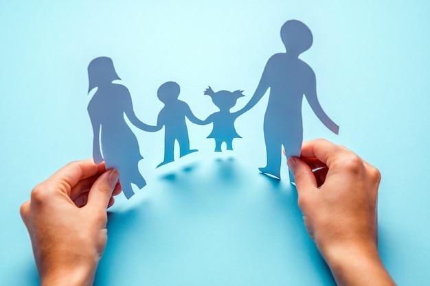 Papierowa rodzina w ręce odizolowywającej