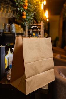 Papierowa torba deserowa czeka na klienta na ladzie w nowoczesnej kawiarni kawiarnia dostawa jedzenia kawiarnia odpoczynek...