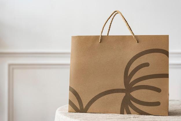 Papierowa torba na zakupy w jasnym mieszkaniu
