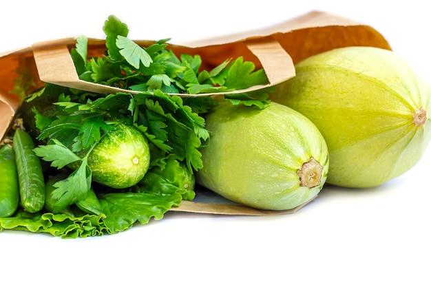 Papierowa torba różnych zdrowych zielonych warzyw. pojęcie właściwego odżywiania i zdrowej żywności. żywność ekologiczna i wegetariańska. widok z góry, leżał płasko, kopiować miejsca na tekst.