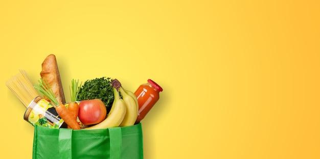 Papierowa torba warzyw i owoców na ciemnym tle z widokiem z góry miejsca kopiowania. koncepcja torby na jedzenie