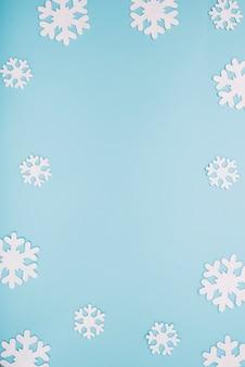 Papierowe białe płatki śniegu