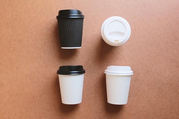 Papierowe kubki do kawy zabierają makietę z drewna w celu identyfikacji marki biznesowej