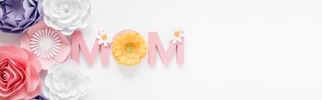 Papierowe kwiaty na widok z góry na dzień matki