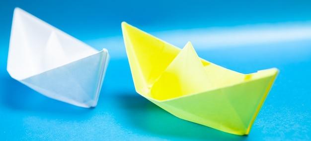 Papierowe łodzie na niebiesko