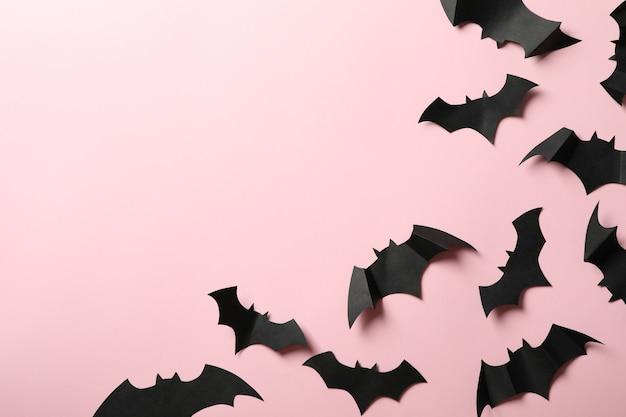 Papierowe nietoperze na różowym tle, miejsca na tekst