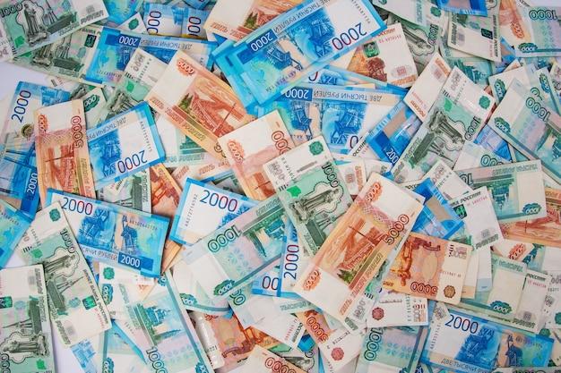 Papierowe rachunki na szarym tle finanse