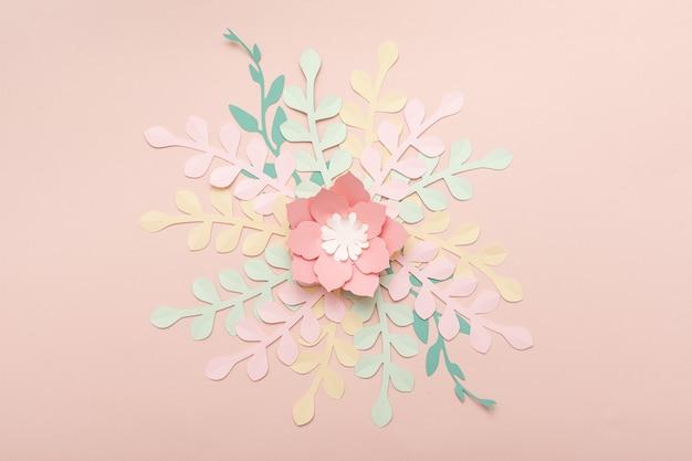 Papierowe różowe tło z kwiatami i tropikalnymi liśćmi. moda kwiatowy kartkę z życzeniami.