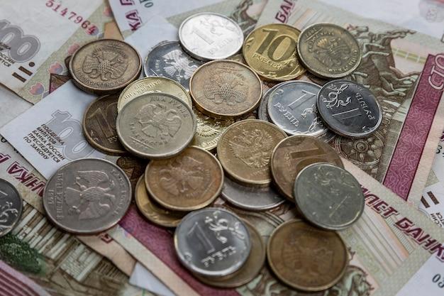 Papierowe ruble i monety leżą w kupie