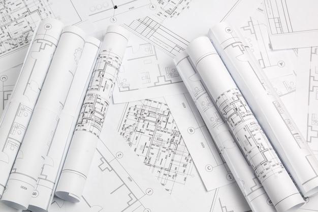 Papierowe rysunki architektoniczne i plan. projekt techniczny