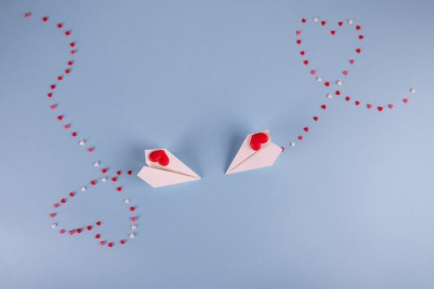 Papierowe samoloty latające z cukierkami serca
