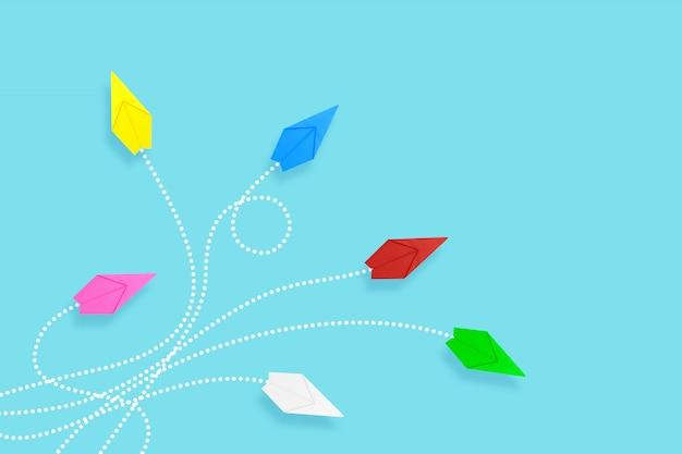 Papierowe samoloty na niebieskim tle