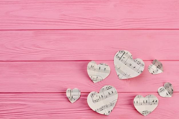 Papierowe serca z notatkami i miejsca na kopię.