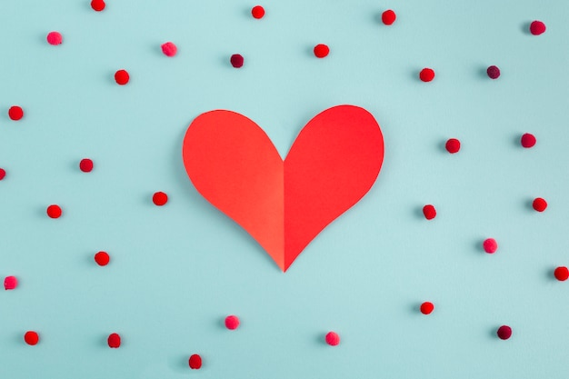 Papierowe serce między dekoracyjnymi konfetti