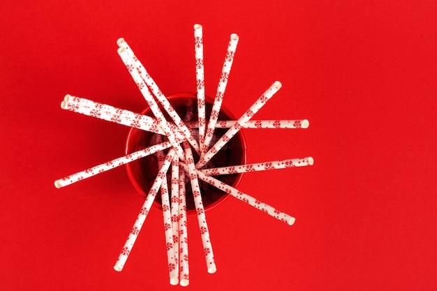 Papierowe słomki z wzorem nowego roku na koktajl wewnątrz metalowego wiadra