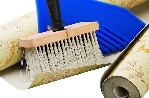 Papierowe tapety i narzędzia do naklejania