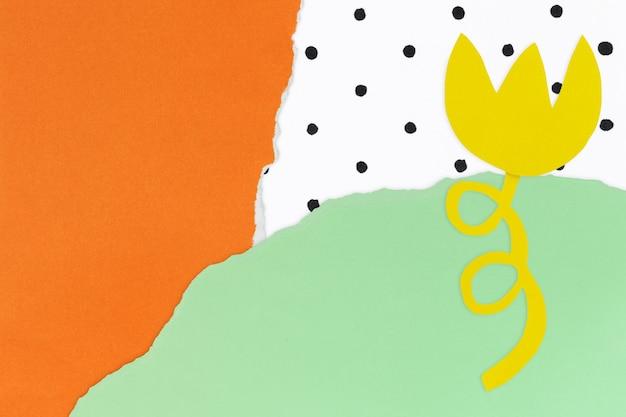 Papierowe tło rzemieślnicze z żółtym kwiatem