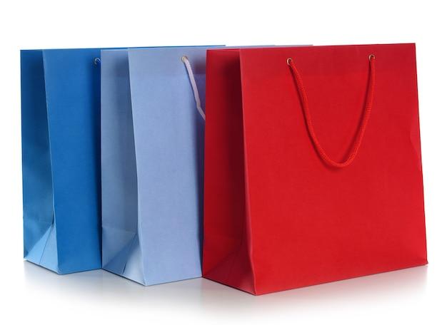 Papierowe torby na zakupy na białym tle