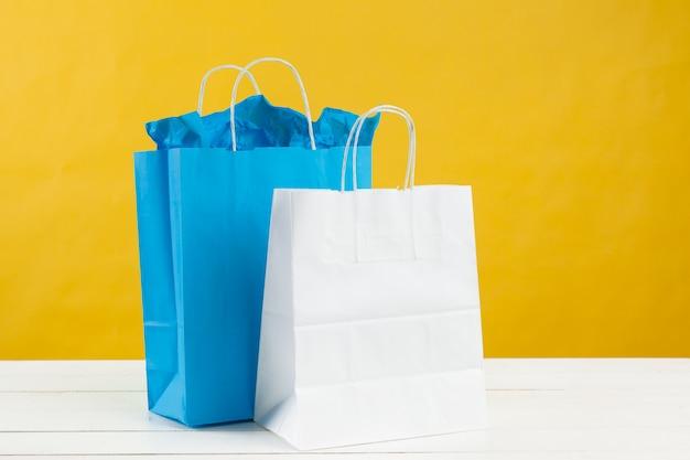Papierowe torby na zakupy na jasnożółtym