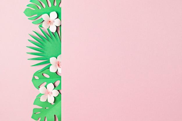 Papierowe tropikalne liście i kwiaty na pastelowym tle