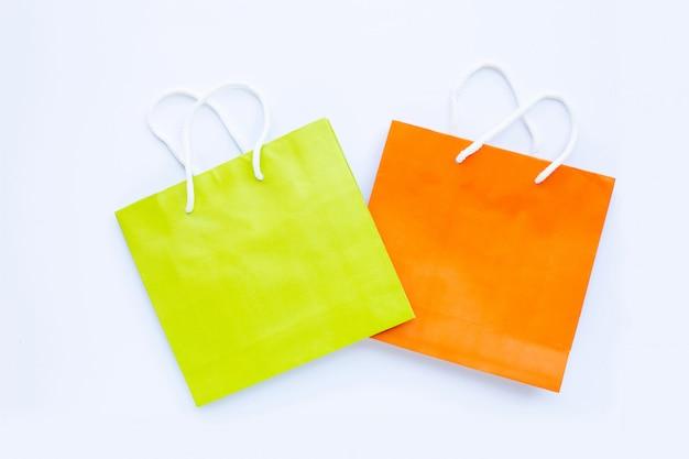 Papierowi torba na zakupy na białym tle.