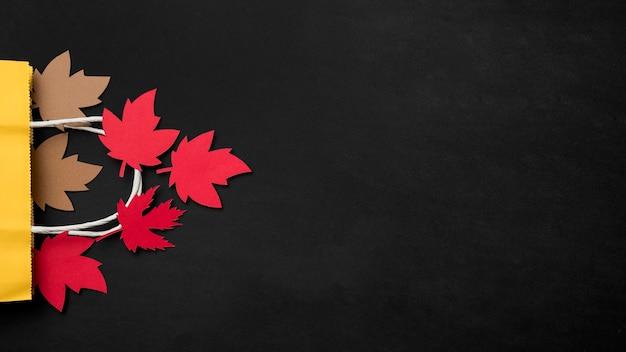 Papierowy jesień liści przygotowania z kopii przestrzenią