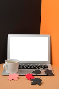 Papierowy jesień liści skład na laptopie z pustym ekranem