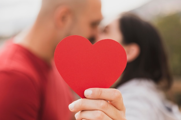 Papierowy kształt serca z bliska
