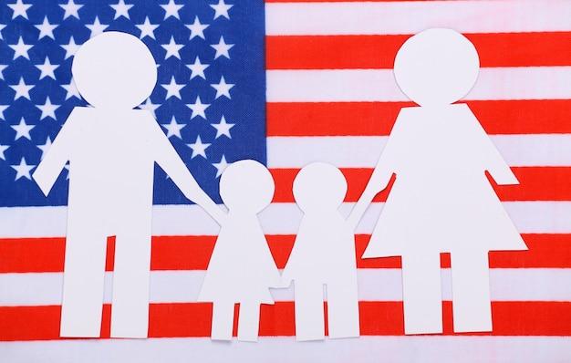 Papierowy łańcuch rodzinny na flagę usa. motyw patriotyzmu