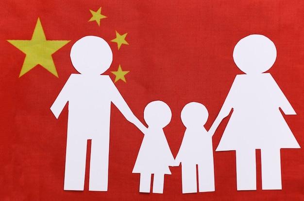 Papierowy łańcuch rodzinny na flagi chin. motyw patriotyzmu