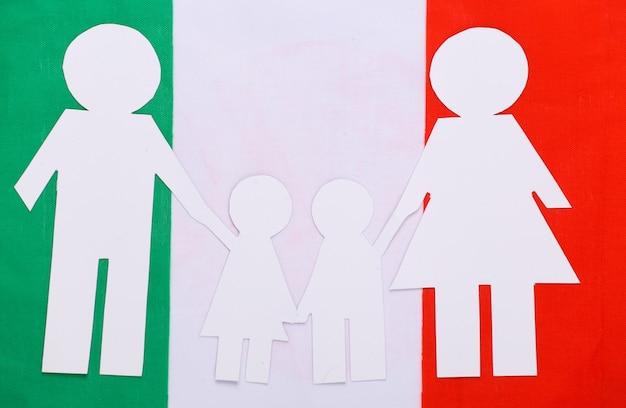 Papierowy łańcuch rodzinny na włoskiej flagi. motyw patriotyzmu