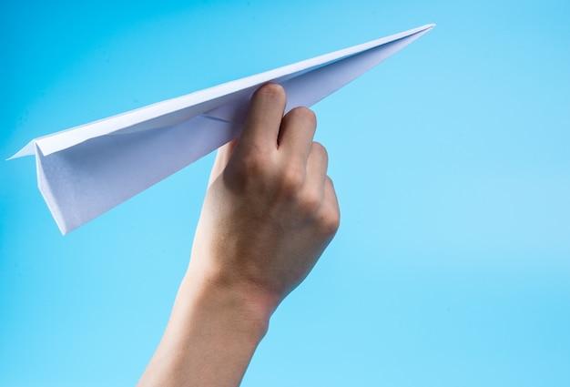 Papierowy samolot i niebieskie niebo.