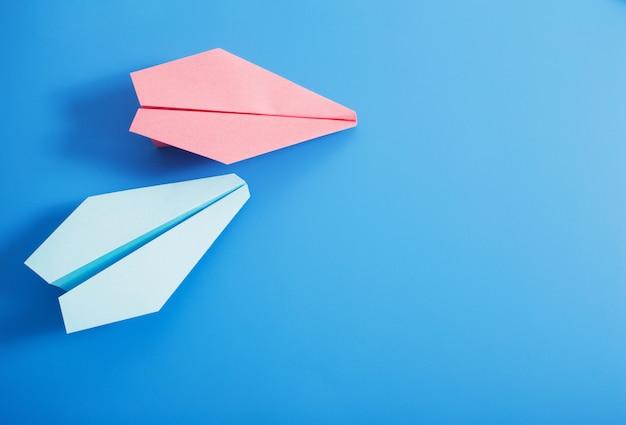 Papierowy samolot na błękitnym koloru tle