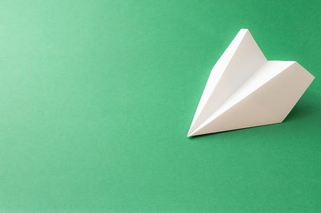 Papierowy samolot na zielono