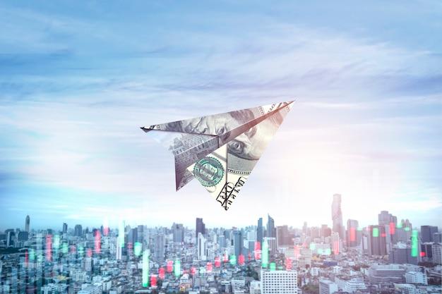Papierowy samolot z banknotu na niebie