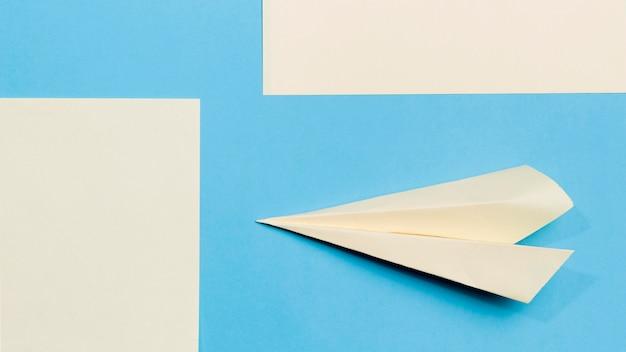 Papierowy samolot z bliska na biurku