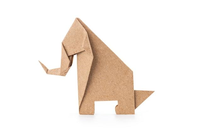 Papierowy słoń złożony ze starego papieru na białym tle na białej powierzchni ze ścieżką przycinającą.