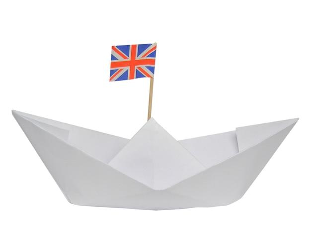 Papierowy statek z flagą wielkiej brytanii